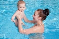 Babyschwimmen Graz_Babyschwimmkurse Graz_Babyschwimmschule Graz_Schwimmkurse in Graz für Babys mit Petra Dunst_glückliches Baby mit seiner Mama beim Babyschwimmen_004